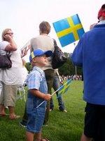 barn med flagga