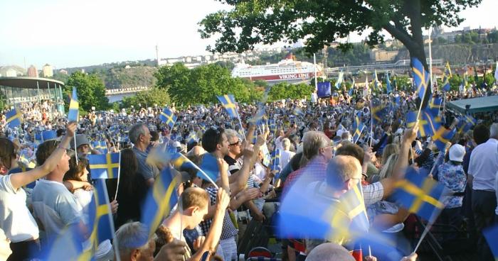 Ett hav utav blå-gula flaggor på Skansen
